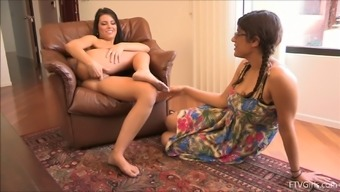 Gorgeous Arianna Masturbates When In Front Of Another Krown