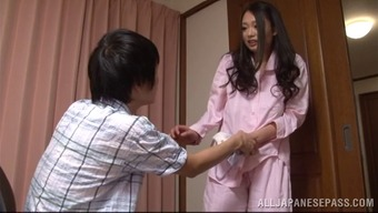 A Adorable Japanese Homemaker Gives Her Mankind A Handjob