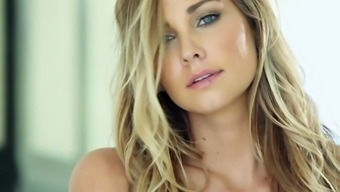 Bright Babe Courtney Dillon Lovely Herself While Masturbating